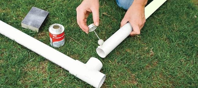 Аккуратно смазываем клеем поверхность трубы и соединяем. Далее наносим сверху соединения еще один слой.