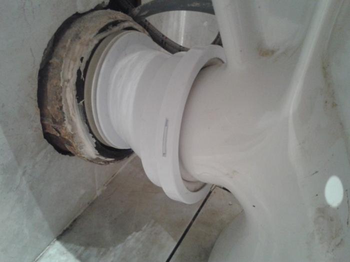 Соединили унитаз с канализационной трубой.