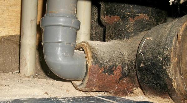 Типовое соединение пластиковой трубы с чугунной