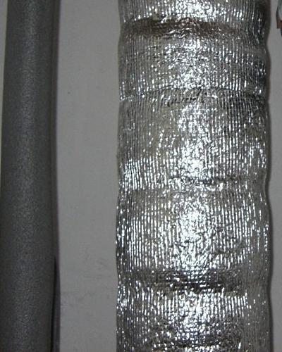 Обмотайте трубы шумоизолирующим материалом