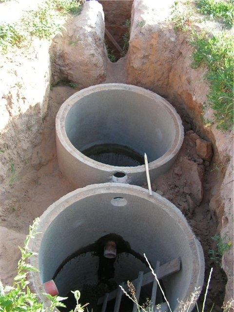 Сделайте отверстия для канализационных труб в стенках колец