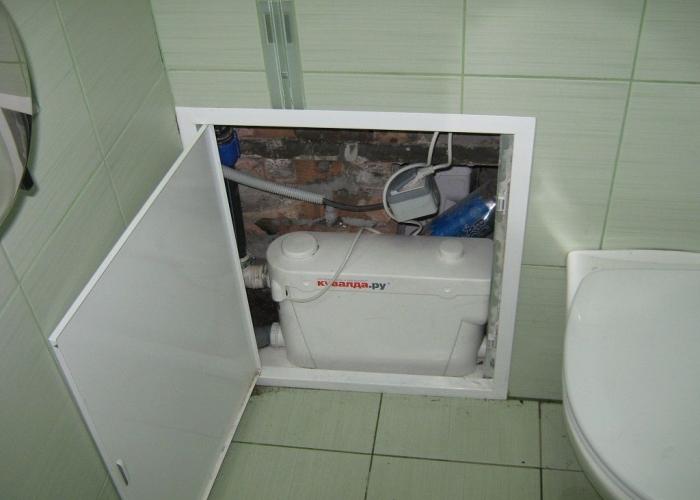 Сололифт удобно подключен к подвесному унитазу