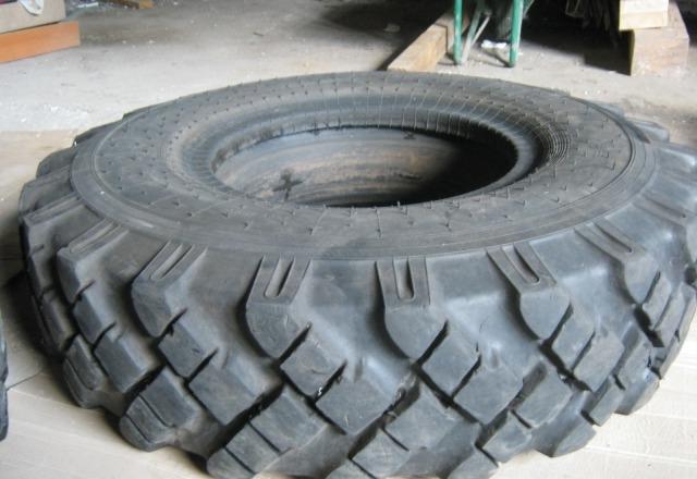 Можно использовать и тракторные покрышки для выгребной ямы