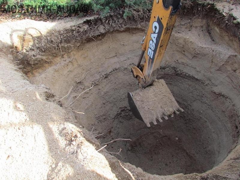Выкопать яму можно вручную лопатой или воспользоваться услугами экскаватора