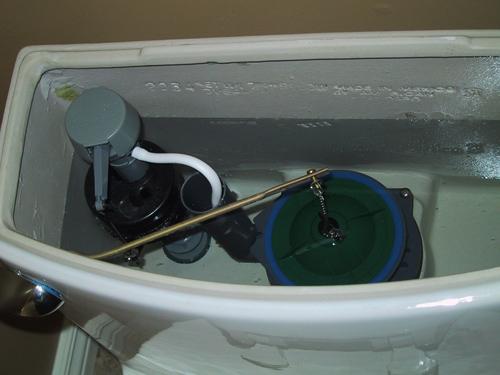 Почему постоянно течёт вода в унитазе что делать