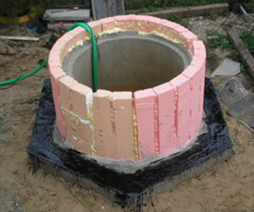 Как украсить бетонное кольцо колодца