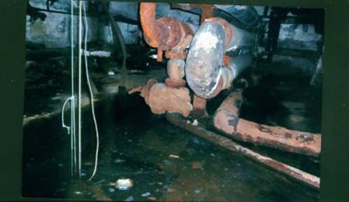 в подвале прорвало трубу канализации2